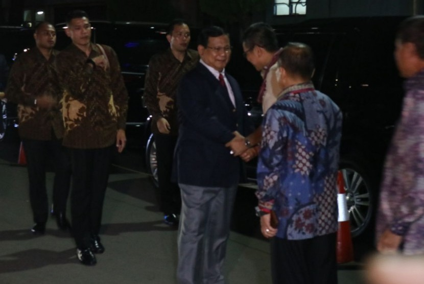 Ketua Umum Partai Gerindra Prabowo Subianto menjenguk Ketua Umum Partai Demokrat Susilo Bambang Yudhoyono (SBY) di RSPAD Gatot Soebroto, Jakarta Pusat, Rabu (18/7).