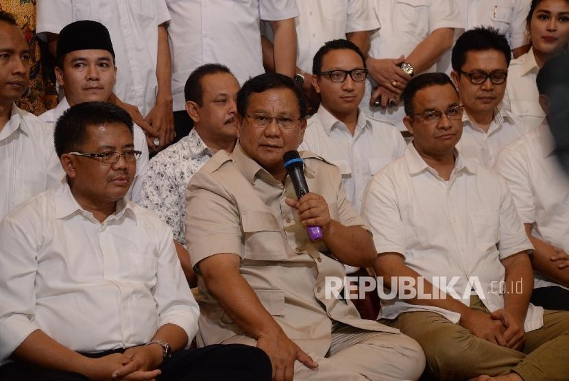 Ketua Umum Partai Gerindra Prabowo Subianto (tengah) bersama Presiden Partai Keadilan Sejahtera (PKS) Sohibul Iman (kiri) dan Calon Gubernur DKI Jakarta Anies Baswedan (kanan) memberikan keterangan pers di Kediaman Prabowo, Jakarta beberapa waktu lalu.