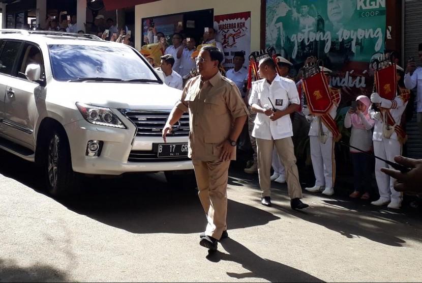 Ketua Umum Partai Gerindra Prabowo Subianto tiba di kantor DPP Partai Gerindra, Ragunan, Jakarta Selatan, untuk merayakan HUT partainya yang ke-10, Sabtu (10/2).