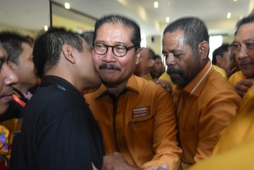 Ketua Umum Partai Hanura terpilih Marsekal Madya TNI (Purn) Daryatmo (tengah) menerima ucapan selamat dari para kader usai terpilih sebagai ketua umum pada Musyawarah Nasional Luar Biasa (Munaslub) Partai Hanura di kantor DPP Partai Hanura, Cipayung, Jakarta Timur, Kamis (18/1).