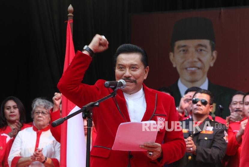 Ketua Umum Partai Keadilan dan Persatuan Indonesia (PKPI)AM Hendropriyono, membacakan pernyataan politiknya di Kantor DPP PKPI,Jakarta, Senin (12/6).