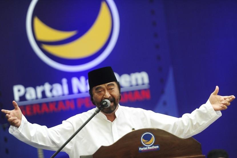 Ketua Umum Partai NasDem Surya Paloh (kiri) menyampaikan pandangan pada perayaan HUT ke-4 Partai NasDem, di Jakarta, Rabu (11/11).