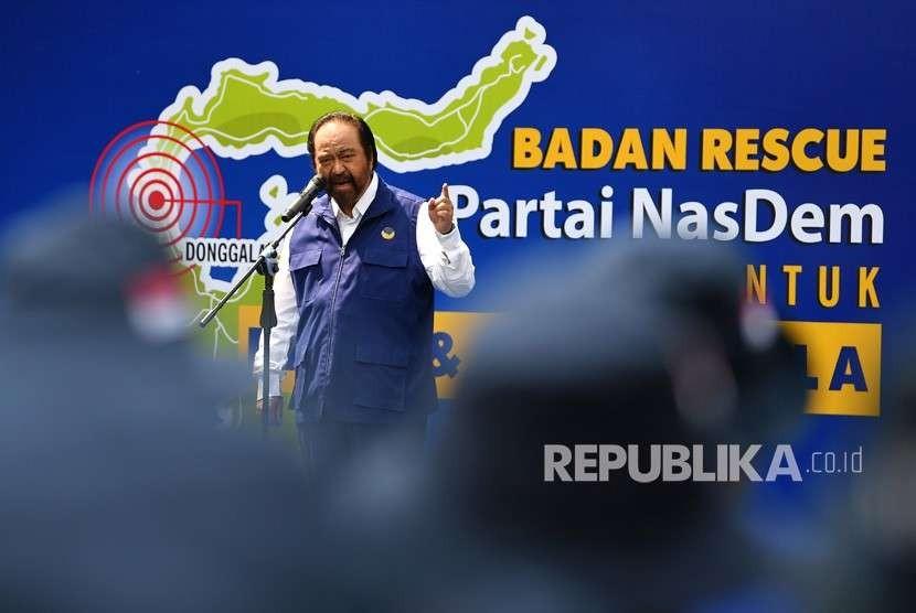 Ketua Umum Partai NasDem Surya Paloh memimpin jalannya pelepasan Tim Medis Badan Rescue NasDem ke Palu dan Donggala, Sulawesi Tengah di kantor DPP Partai NasDem, Jakarta, Ahad (30/9).