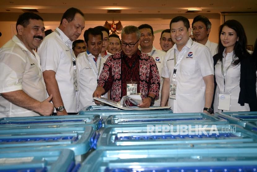 Ketua Umum Partai Perindo Hary Tanoesoedibjo berbincang dengan Ketua KPU Arief Budiman saat mendaftarkan partainya ke KPU Pusat, Jakarta, Senin (9/10)