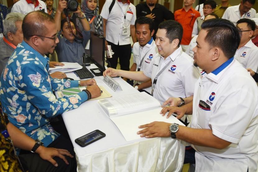 Ketua Umum Partai Perindo Hary Tanoesoedibjo (kedua kanan) mendaftarkan partainya ke KPU Pusat di Jakarta, Senin (9/10). Nasdem jadi partai pertama yang resmi daftar Pemilu 2019.