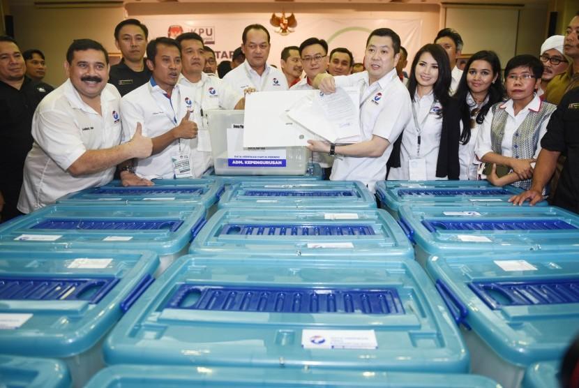 Ketua Umum Partai Perindo Hary Tanoesoedibjo (kelima kanan) menunjukkan berkas saat mendaftarkan partainya ke KPU Pusat di Jakarta, Senin (9/10).