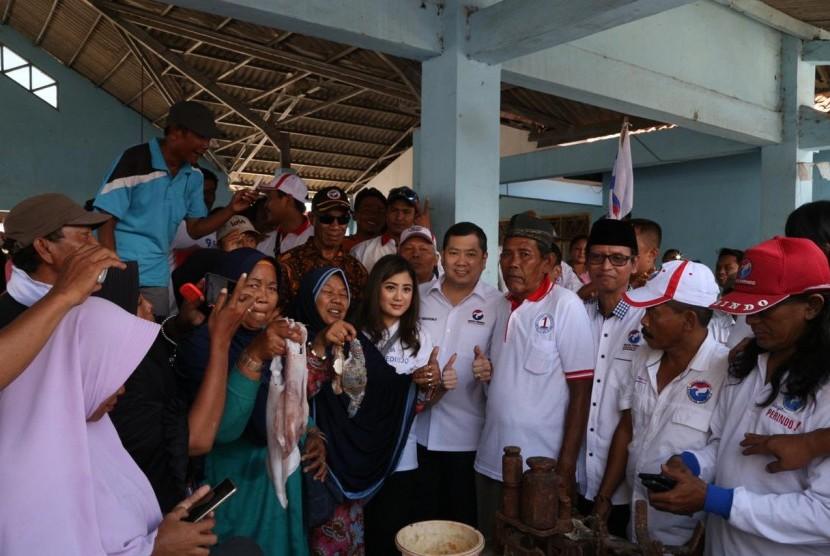 Ketua Umum Partai Perindo Hary Tanoesoedibjo mendengarkan harapan kelompok-kelompok nelayan di Tempat Pelelangan Ikan Kluwut, Brebes, Jawa Tengah.