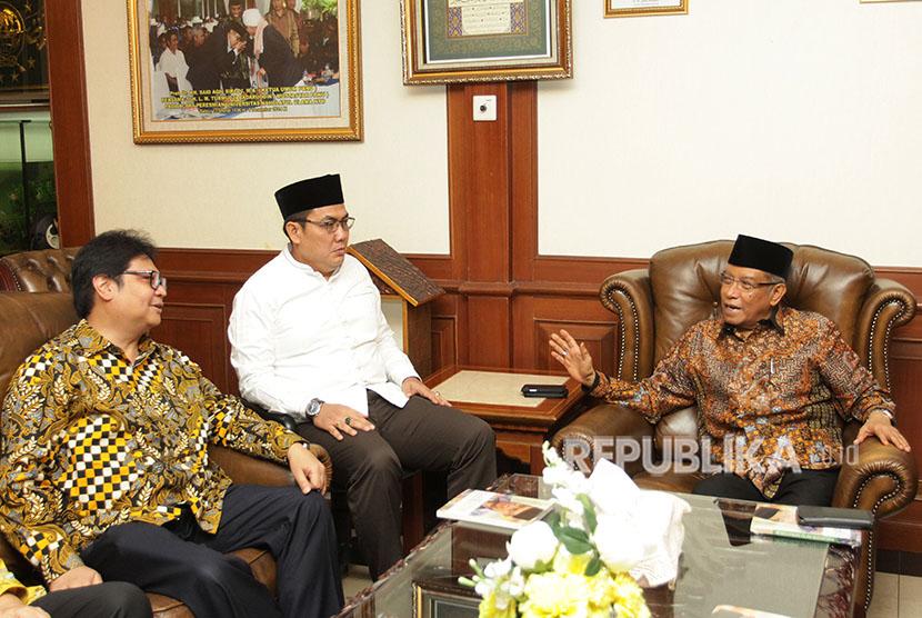 Ketua Umum PBNU KH Said Aqil Siradj (kanan) dan Ketua Umum Partai Golkar Airlangga Hartarto (kiri) didampingi Sekjen PBNU Helmy Faishal Zaini (tengah) berbincang saat melakukan pertemuan di kantor PBNU, Jakarta, Jumat (8/6).