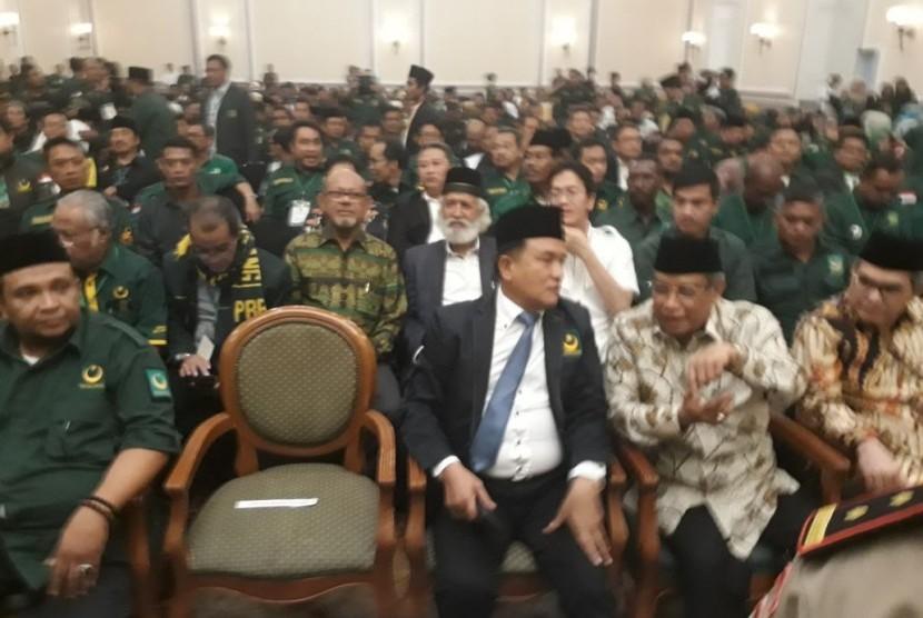 Ketua Umum PBNU KH Said Aqil Siradj tengah berdiskusi dengan Ketua Umum PBB Yusril Ihza Mahendra (ketiga dari kanan) saat acara Mukernas PBB di Jakarta, Jumat (4/5).