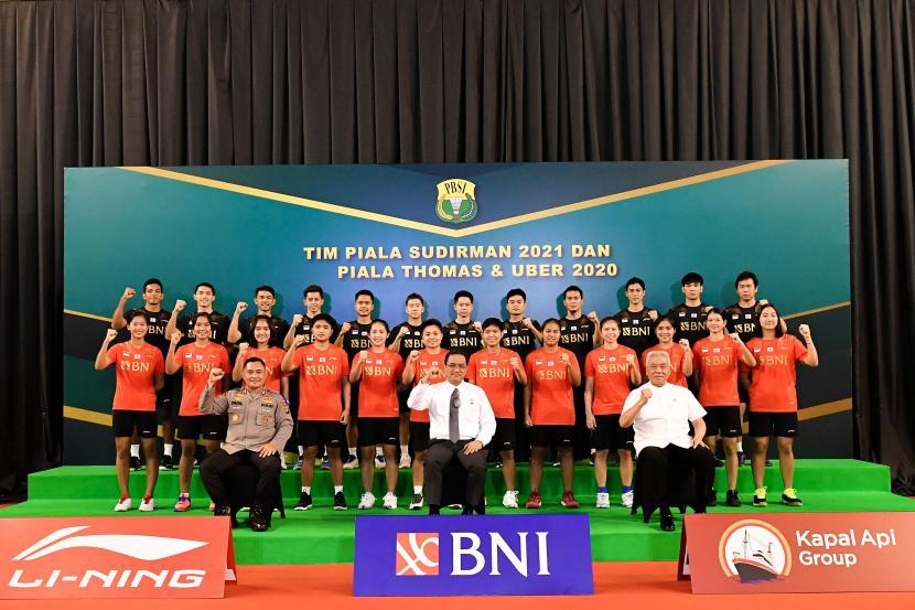 Ketua Umum PBSI Agung Firman Sampurna (tengah bawah) bersama tim bulu tangkis Piala Sudirman dan Thomas-Uber.