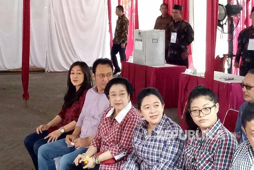Ketua Umum PDI Perjuangan, Megawati Soekarnoputri ditemani  kedua anaknya, Puan Maharani dan Muhammad Prananda Prabowo menggunakan hak pilihnya di TPS 027, di Kebagusan, Jakarta Selatan, Rabu (18/4).
