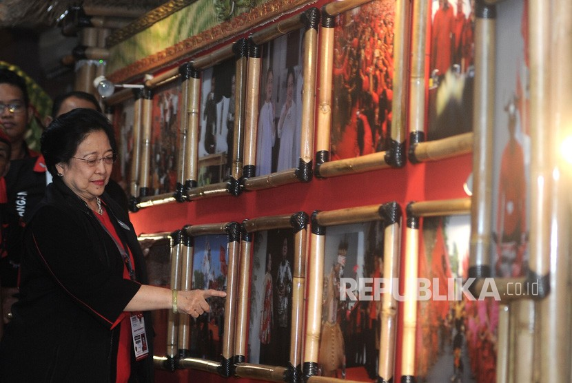 Ketua Umum PDI Perjuangan Megawati Soekarnoputri mengamati foto jurnalistik yang dipajang saat pameran bertema Kepemimpinan, Kerakyatan dan Kampanye Kreatif PDI Perjuangan di Sanur, Denpasar, Bali, Jumat (9/8/2019).