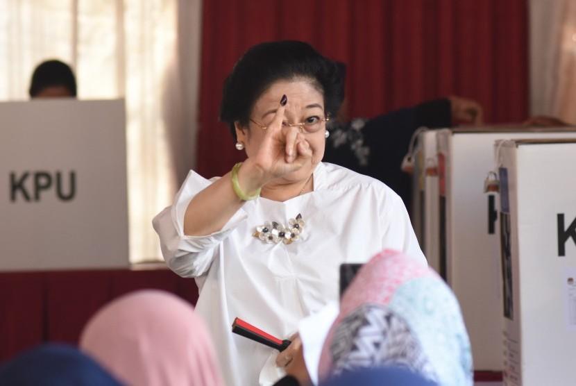 Ketua Umum PDI Perjuangan yang juga Presiden kelima RI Megawati Soekarnoputri menunjukkan jarinya yang telah dicelup tinta seusai menggunakan hak pilihnya pada Pemilu 2019 di TPS 62, Kebagusan, Jakarta, Rabu (17/4).