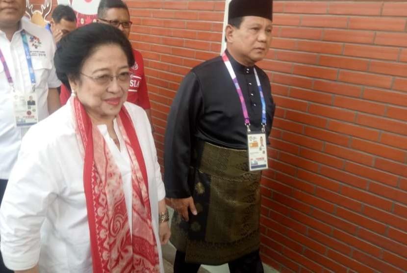 Ketua Umum Pengurus Besar Ikatan Pencak Silat Indonesia (IPSI) Prabowo Subianto menyambut kedatangan Megawati Soekarnoputri di Padepokan Pencak Silat Taman Mini Indonesia Indah, di Jakarta Timur, Rabu (29/8).