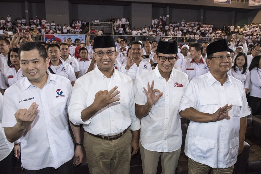 Ketua Umum Perindo Hary Tanoesoedibjo (kiri) bersama Ketua Umum Partai Gerindra Prabowo Subianto (kanan) didampingi Calon Gubernur DKI Jakarta Anies Baswedan (kedua kiri) dan Calon Wakil Gubernur DKI Jakarta Sandiaga Uno (kedua kanan) menghadiri deklarasi