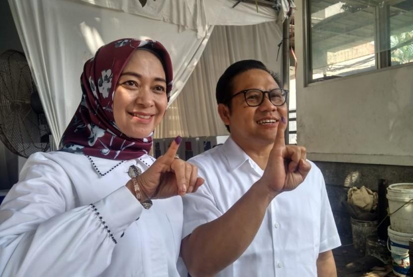 Ketua Umum PKB, Muhaimin Iskandar beserta keluarga menggunakan hak pilihnya di TPS 020, Kelurahan Bangka, Mampang Prapatan, Jakarta Selatan, Rabu (17/4).