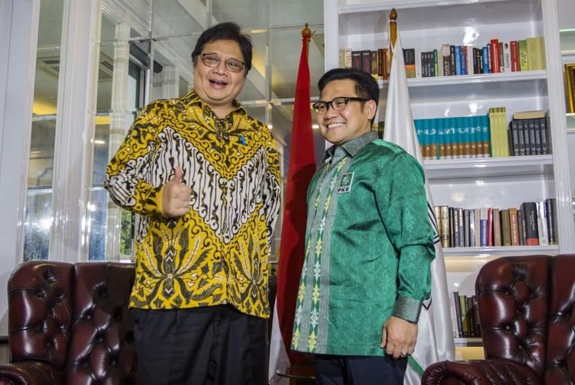 Ketua Umum PKB (Partai Kebangkitan Bangsa) Muhaimin Iskandar (kanan) bersama Ketua Umum Partai Golkar Airlangga Hartarto (kiri) berbincang saat melakukan pertemuan di DPP Partai PKB, Jalan Raden Saleh, Jakarta, Rabu (4/7).