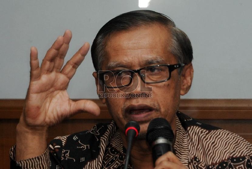 Ketua Umum PP Muhammadiyah Haedar Nashir memberikan keterangan kepada wartawan pada jumpa pers mengenai pernyataan PP Muhammadiyah tentang pemilihan umum kepala daerah serentak, di Jakarta, Senin (23/11).