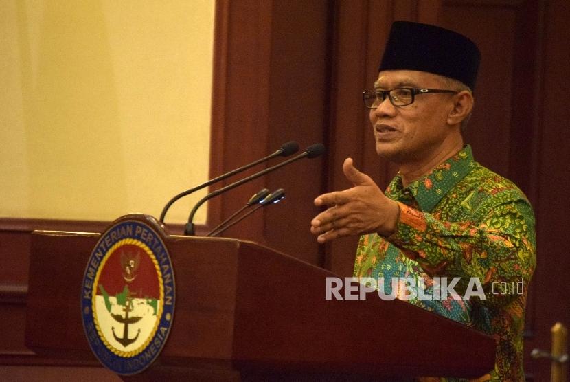 Ketua Umum PP Muhammadiyah Haedar Nashir memberikan pdato politiknya jelang penandatanganan nota (Memorandum of Understanding/MoU) tentang pembinaan kesadaran bela negara di Kantor Kemhan, Jakarta, Rabu (13/4).(Republika/ Rakhmawaty La'lang)