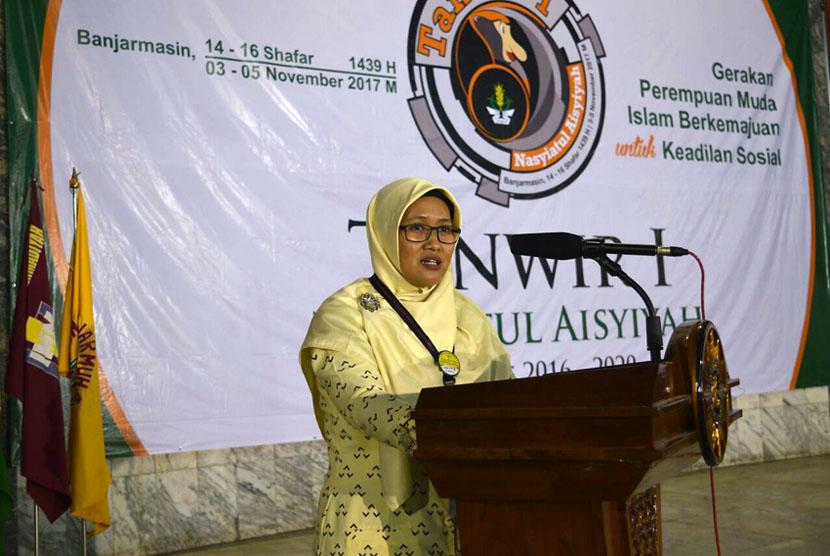 Ketua Umum PP Nasyiatul Aisyiyah, Diyah Puspitarini sambutan dalam acara pembukaan Tanwir I Pimpinan Pusat (PP) Nasyiatul Aisyiyah di Banjarmasin, Kalimantan Selatan pada Jumat (3/10).
