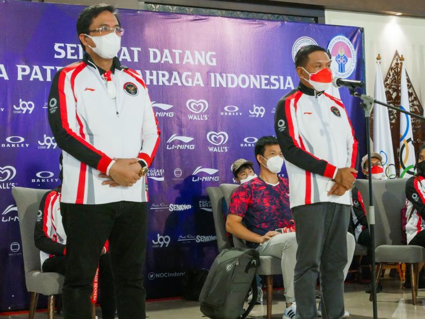 Ketua Umum PP PBSI Agung Firman Sampurna (kiri) bersama Menpora Zainudin Amali dalam penyambutan tim bulu tangkis Indonesia di Bandara Soekarno Hatta.