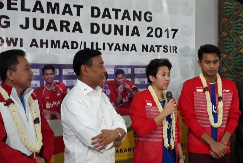 Ketua Umum PP PBSI Wiranto (kedua dari kiri) bersama Juara Dunia Bulu Tangkis 2017, Liliyana Natsir (kedua dari kanan) dan Tontowi Ahmad (paling kiri) di Terminal 2 Bandara Soekarno-Hatta, Tangerang, Banten, Selasa (29/8).
