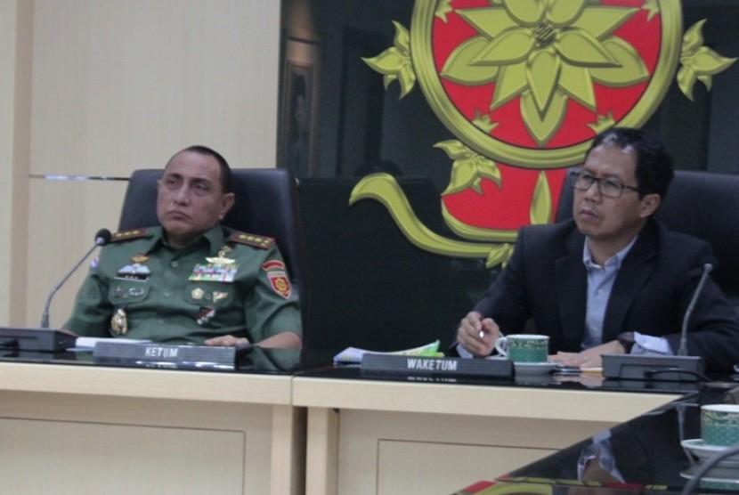 Ketua Umum PSSI Edy Rahmayadi (kiri) dan Wakil Ketua Umum PSSI Joko Driyono