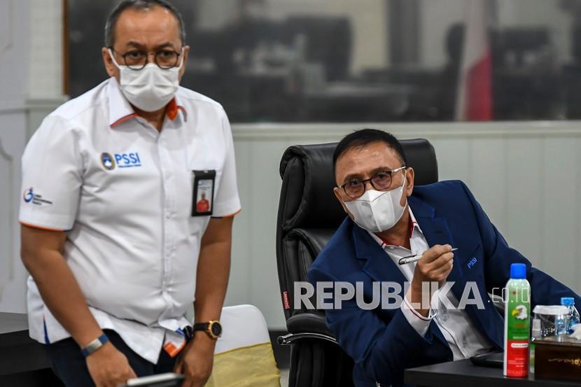 Ketua Umum PSSI Mochamad Iriawan (kanan) berbincang dengan Direktur Utama PT Liga Indonesia Baru Akhmad Hadian Lukita. (kiri) sebelum Rapat Koordinasi Pengkajian Terhadap Usulan Kompetisi Sepak bola Liga 1 dan 2 di Wisma Kemenpora, Jakarta, Rabu (10/2/2021). Rapat tersebut guna menindaklanjuti pertemuan Menpora Zainudin Amali dengan Kapolri Jenderal Polisi Listyo Sigit Prabowo pada Senin (8/2/2021) untuk memastikan detail kesiapan pelaksanaan kompetisi sepak bola liga 1 dan 2.