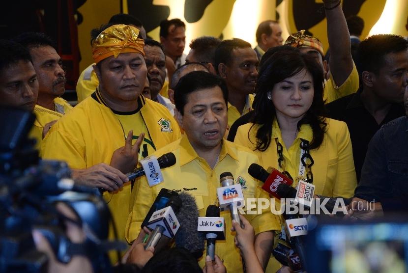 Ketua Umum terpilih Partai Golkar Setya Novanto memberikan keterangan kepada wartawan usai proses pemilihan Ketua Umum dalam Munas Luar Biasa (Munaslub) di Nusa Dua, Bali, Selasa (17/5).