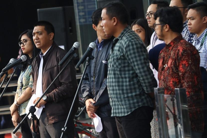 Ketua Wadah Pegawai KPK Yudi Purnomo Harahap (kedua kiri) memberikan keterangan pers tentang seleksi pimpinan KPK, di Gedung KPK, Jakarta, Senin (1/7/2019).