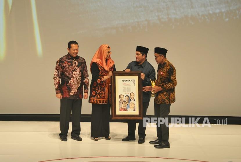 Ketua Wahid Foundation Yenny Wahid menerima anugerah Tokoh Perubahan Republika 2018 yang diserahkan oleh ketua DPR Bambang Soesatyo di Jakarta, Rabu (24/4) malam.