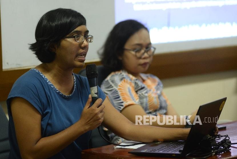 Ketua YLBHI Asfinawati (kiri) bersama Aktivis Kontras Nisrina Nadhifah Rahman memberikan paparan dalam media briefing di Jakarta, Ahad (13/8).