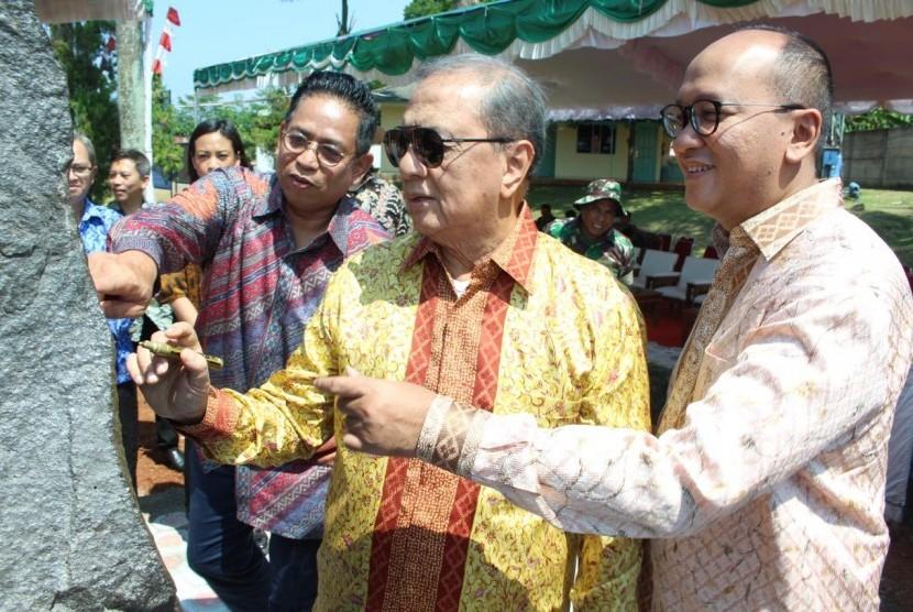 Ketum Kadin Indonesia Rosan Perkasa Roeslani (kanan) bersama Ketua Dewan Pertimbangan Kadin Indonesia MS Hidayat (kedua dari kanan) usai peletakan batu pertama pembangunan perluasan unit bisnis pengolahan makanan Kibif di Subang, Jawa Barat, Senin (20/5).