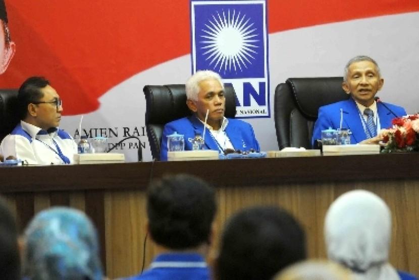 Ketum PAN Hatta Rajasa diapit Ketua MPP PAN Amien Rais dan Ketua DPP PAN Zulkifli Hasan.