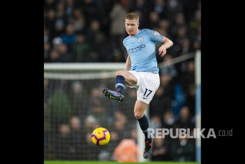 Kevin De Bruyne menahan bola di udara pada laga Liga Primer Inggris antara Manchester City and Crystal Palace at the The Etihad Stadium, Inggris, Ahad (22/12) dini hari.