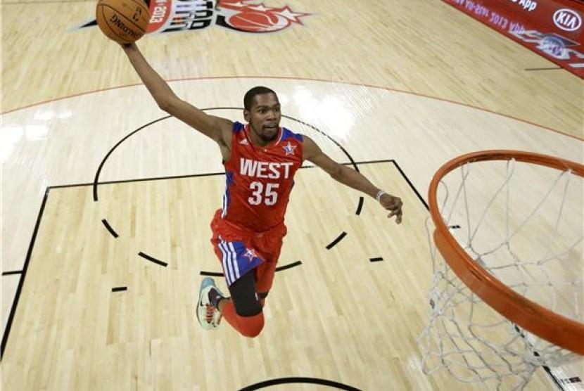 Kevin Durant, pemain Oklahoma Thunder, melakukan dunk dalam pertandingan NBA All-Star 2013 di Houston, Texas, Ahad (17/2).