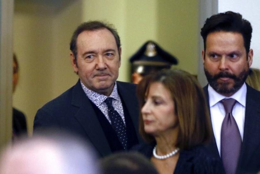 Kevin Spacey masuk ruang pengadilan di pengadilan Nantucket, Selasa (8/1).