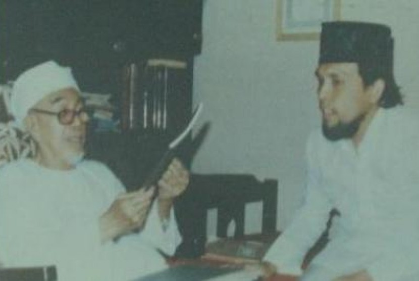 KH Abdullah bin Nuh (kiri).