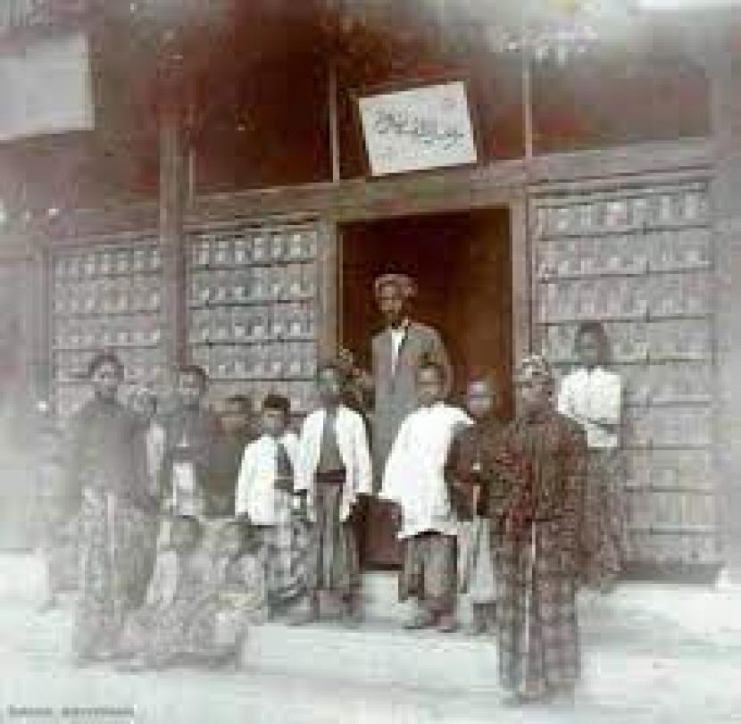 KH Ahmad Dahlan dengan para santrinya di Langgar Kidul Muhammadiyah pada awal dekade 1900-an.