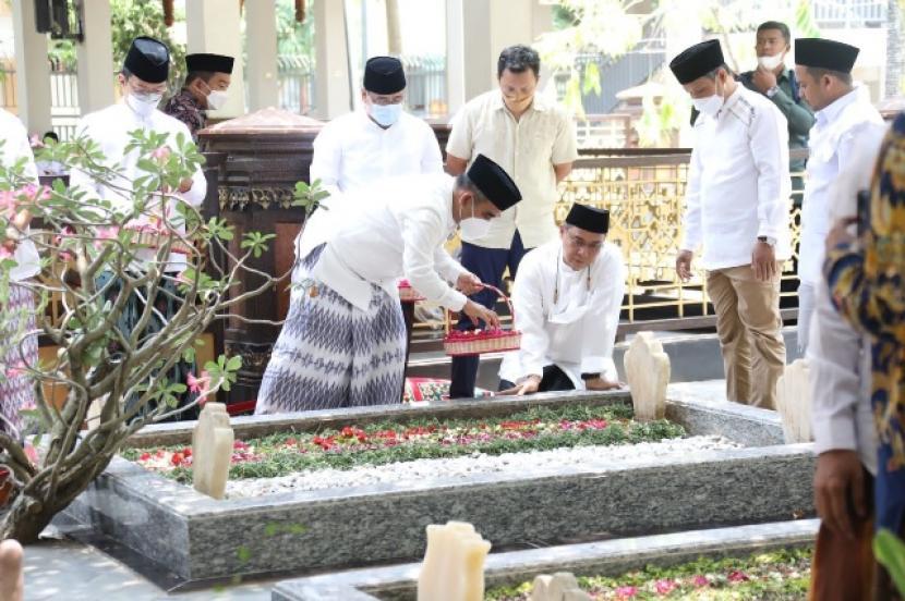 Sekjen Gerindra Ahmad Muzani dan rombongan berziarah ke Makam KH Hasyim Asyari usai bersilaturahim ke kediaman Gus Kikin.