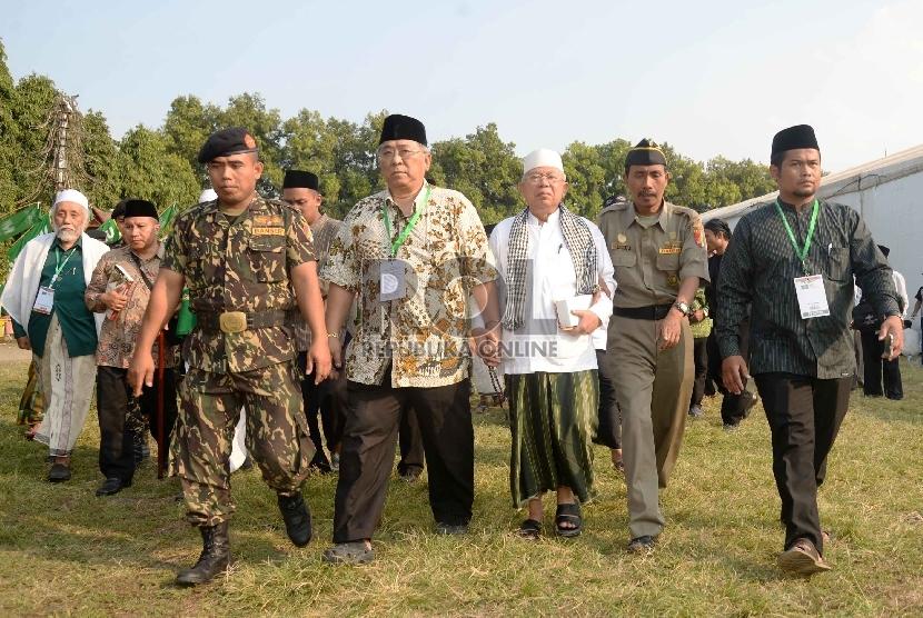 KH Ma'ruf Amin berjalan keluar ruang sidang pleno Muktamar NU ke-33 di Alun-alun Jombang, Rabu, Jatim (5/8).  (Republika/Yasin Habibi)