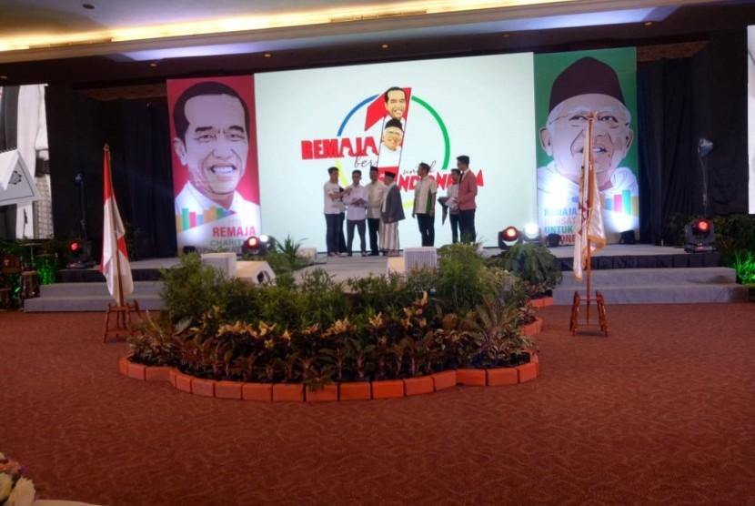 KH Ma'ruf Amin menyerahkan Alquran braille kepada penyandang disabilitas di Jakarta, Ahad (25/11).