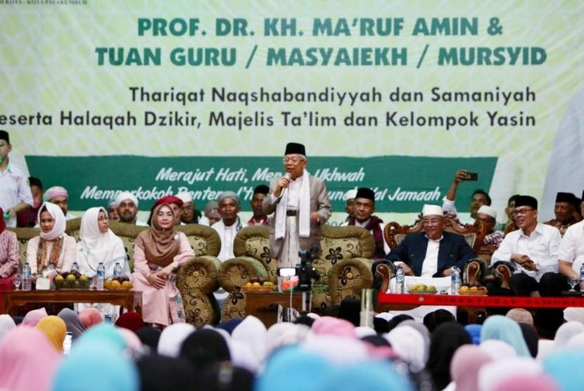 KH Ma'ruf Amin saat memberikan tausiyah di hadapan jamaah tarekat di Payakumbuh, Sumatra Barat, Kamis (7/2).