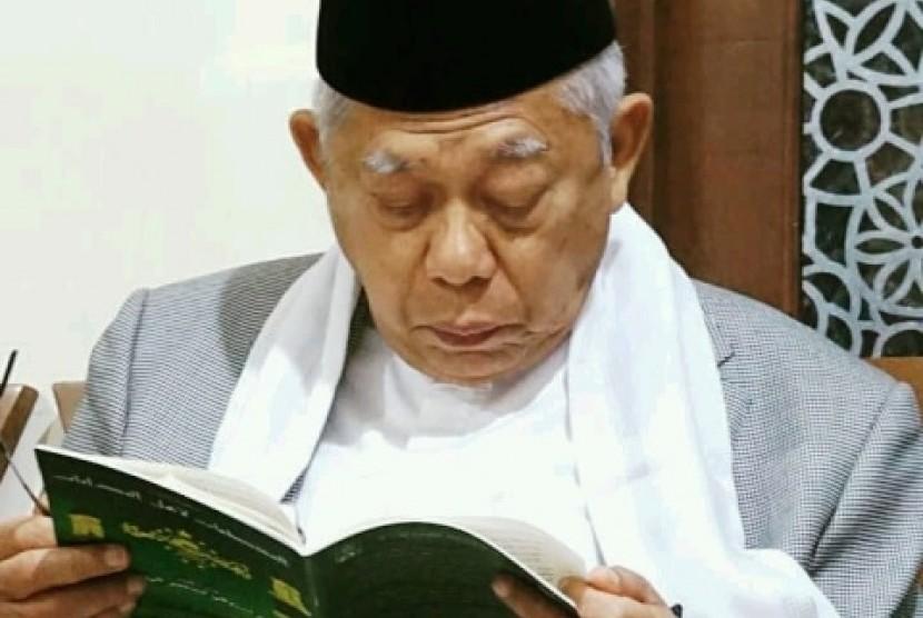 KH Ma'ruf Amin tengah membaca kitab.