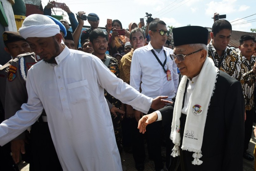 Vice presidential candidate number 01 KH Ma'ruf Amin (right) visits tomb of Sheikh Yusuf in Gowa, South Sulawesi, Thursday (Feb 21).