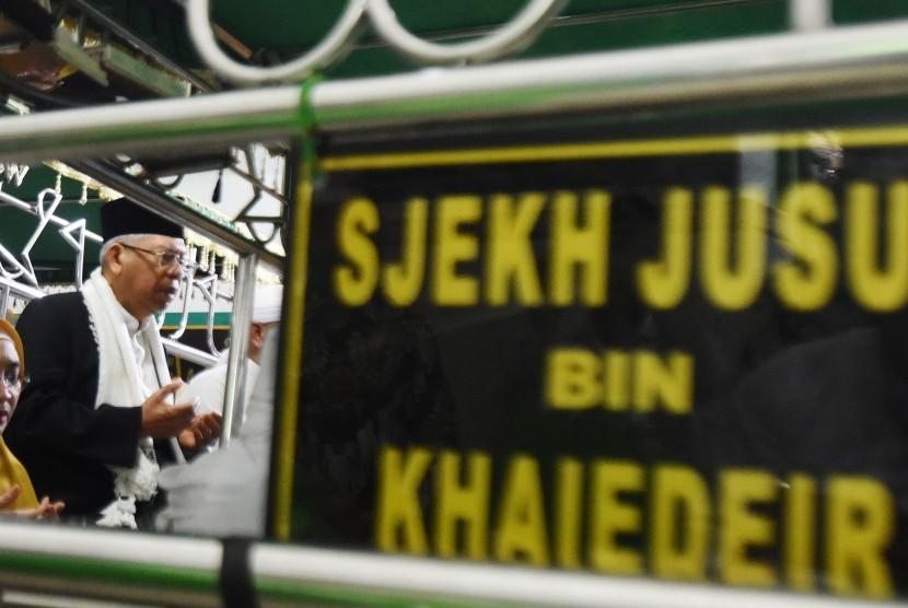 KH Ma'ruf Amin Ziarah Makam Syekh Yusuf: Calon Wakil Presiden nomor urut satu, Ma'ruf Amin (kanan) saat berziarah ke makam Syeh Yusuf di Gowa, Sulawesi Selatan, Kamis (21/2/2019).