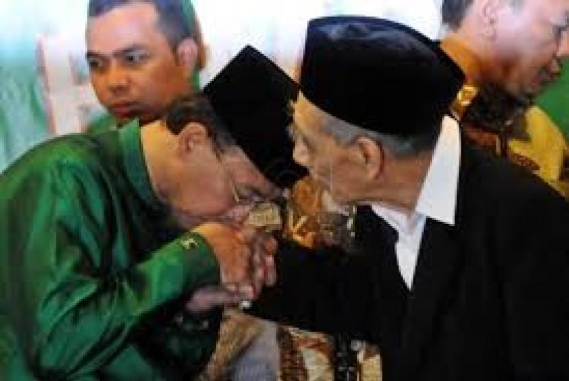 KH Maimun Zubair (kanan)