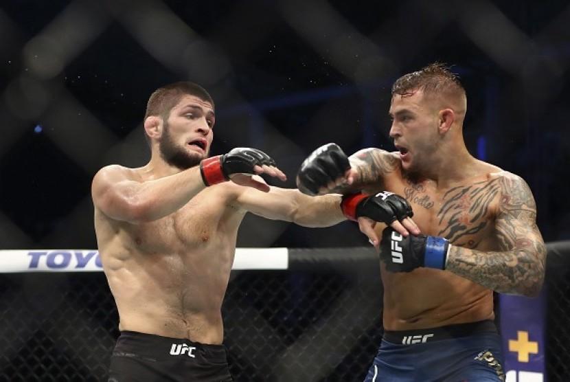 Khabib Nurmagomedov melawan Dustin Poirier dalam pertarungan UFC di Abu Dhabi, Ahad (8/9) dini hari