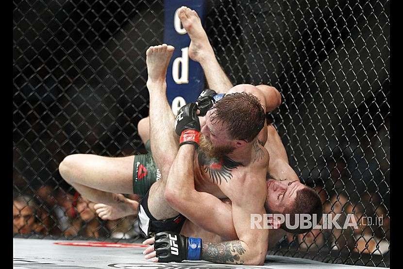 Khabib Nurmagomedov membanting Conor  McGregor pada laga UFC 229 di Las Vegas, Sabtu (8/10) waktu setempat.