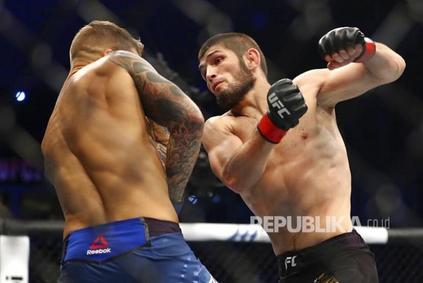Khabib Nurmagomedov menyerang Dustin Poirier pada laga perebutan gelar Kelas Ringan UFC Lightweight di Abu Dhabi, Uni Emirat Arab, Ahad (8/9) dini hari.